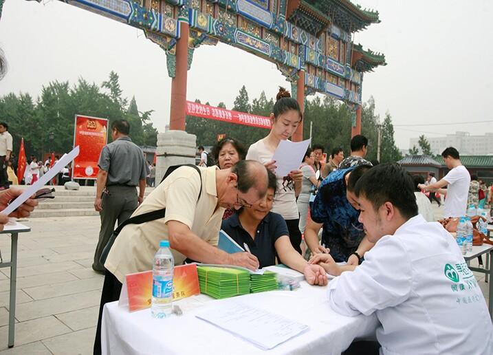 居民们,通过医师的讲解,认真的记录着解决办法,一旁的女士仔细端详着医师给的建议。