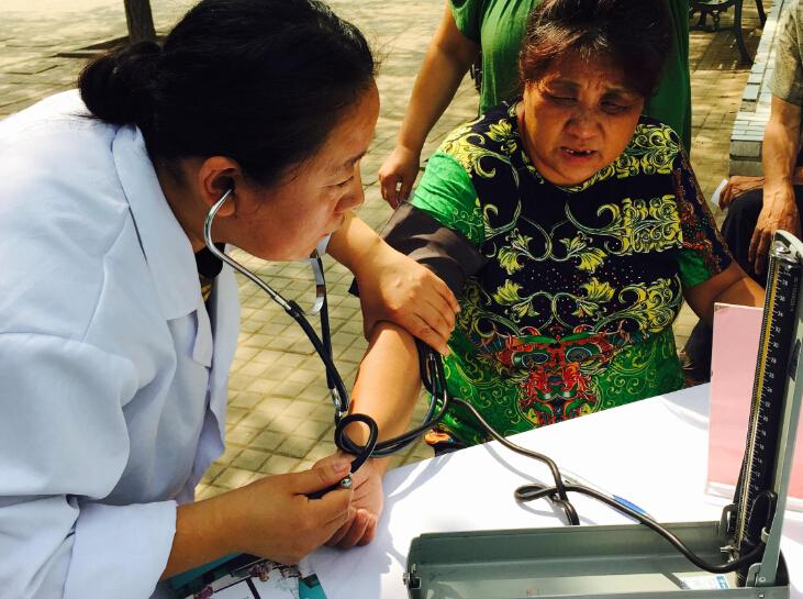 遇到行动不便的居民家庭医生起身为其咨询,居民们感到欣慰有寻医问药网这样的健康医疗网站。