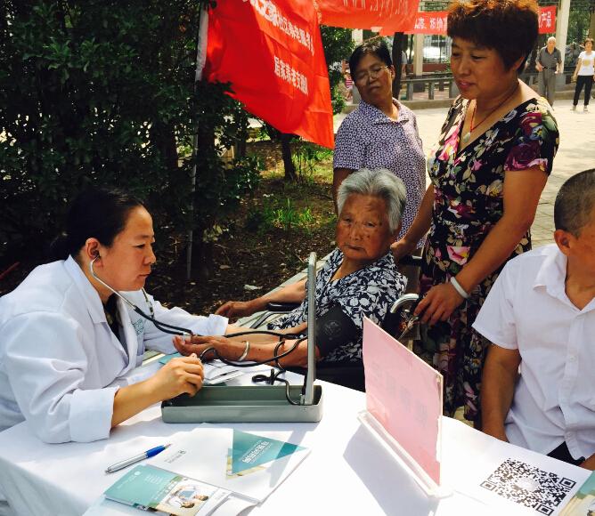 """这位九旬老人也前来此次活动,家庭医生建议""""做好健康饮食,了解健康急救措施""""。"""