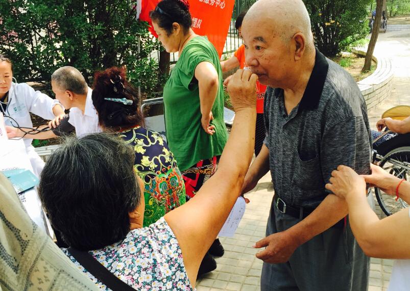 一对老夫妻互相搀扶着,来到活动现场。寻医问药网医护人员也为之感动。