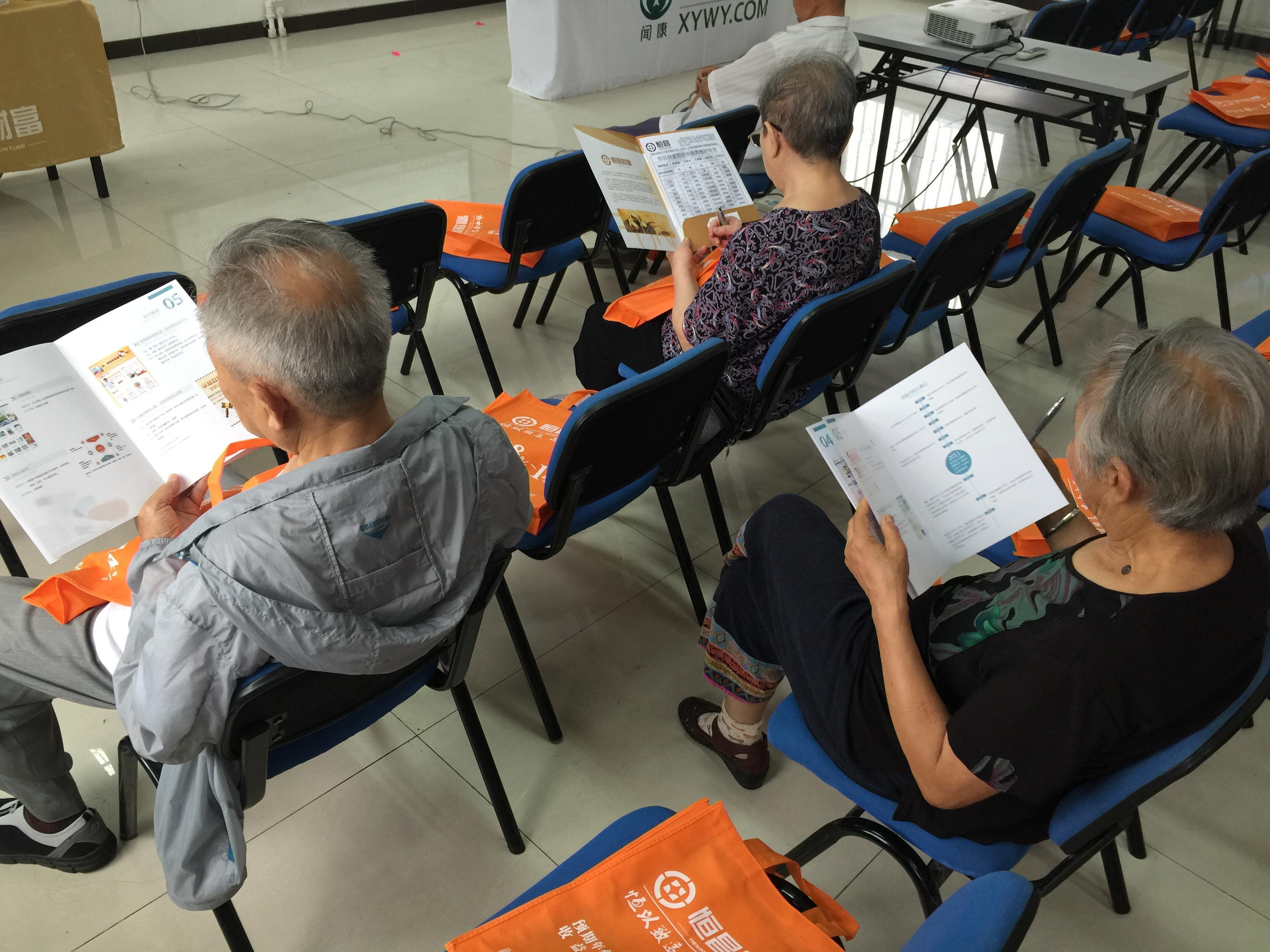 讲座开始前,居民在浏览寻医问药网资料。