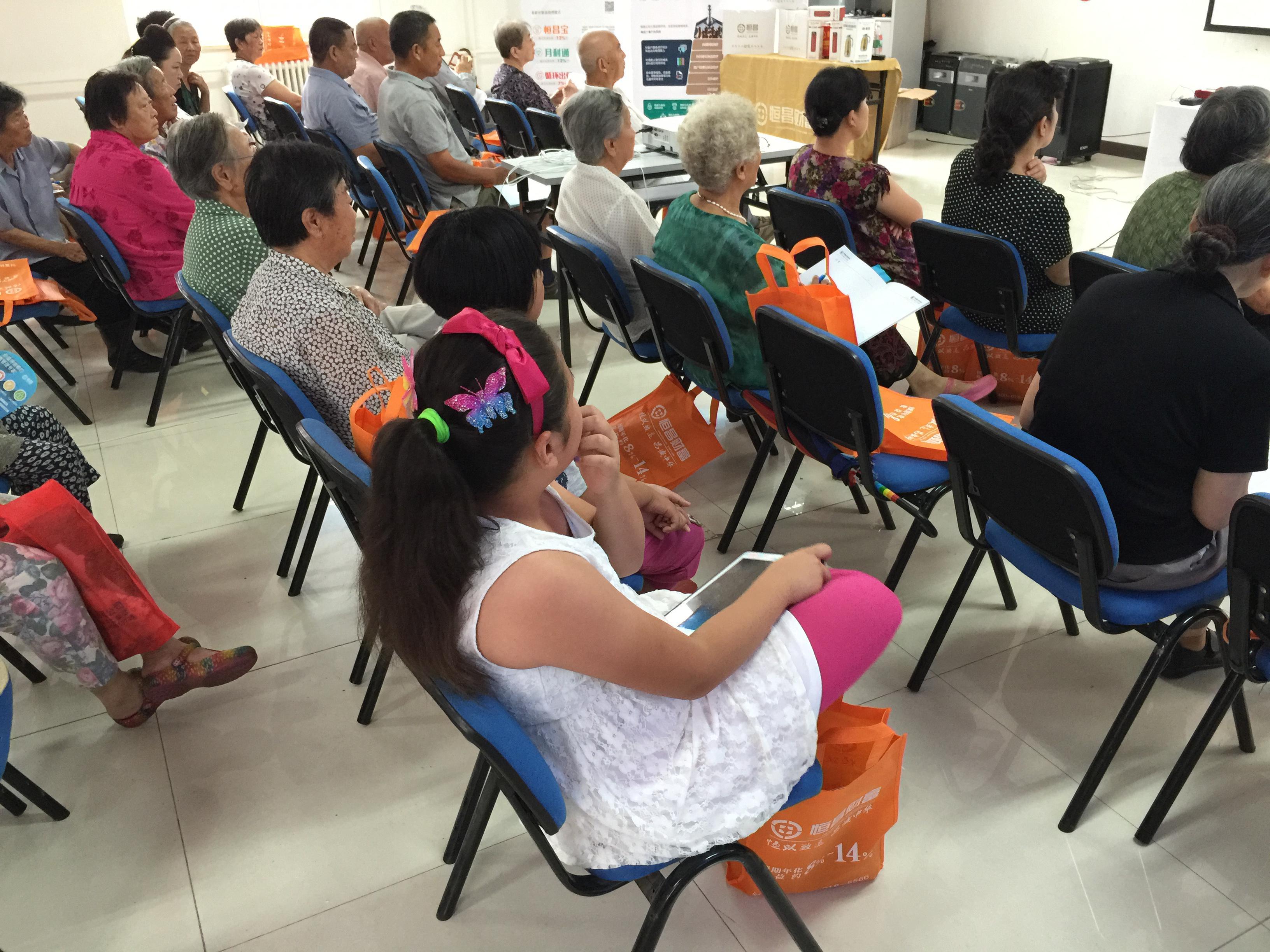 在讲座同时,无论是小孩、还是老人,都聚精会神的听着健康知识。