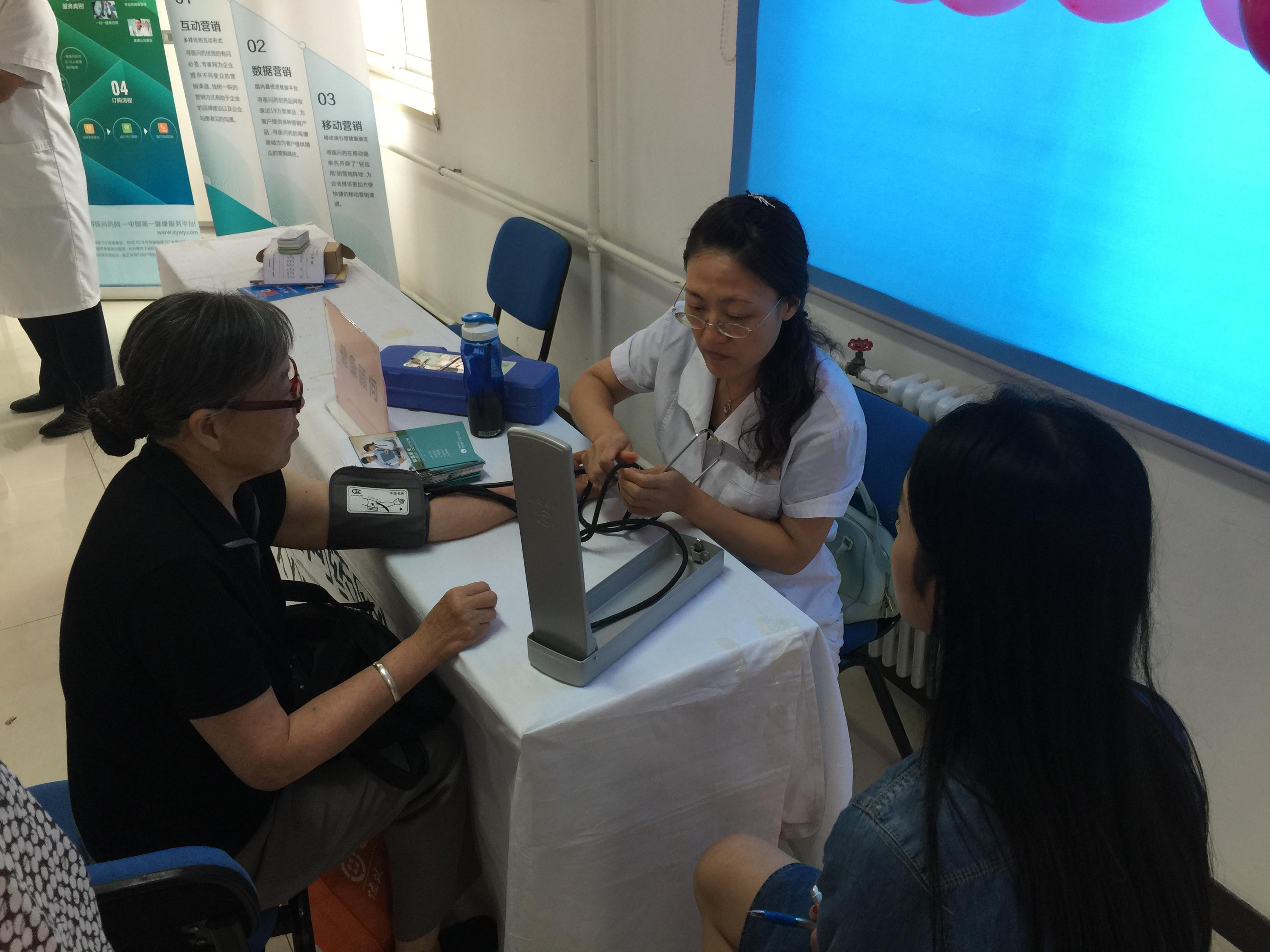 我们的医师认真的给居民测量血压,给来会的居民们提供健康建议,让居民们得到好的健康方法,有一个健康的身体。