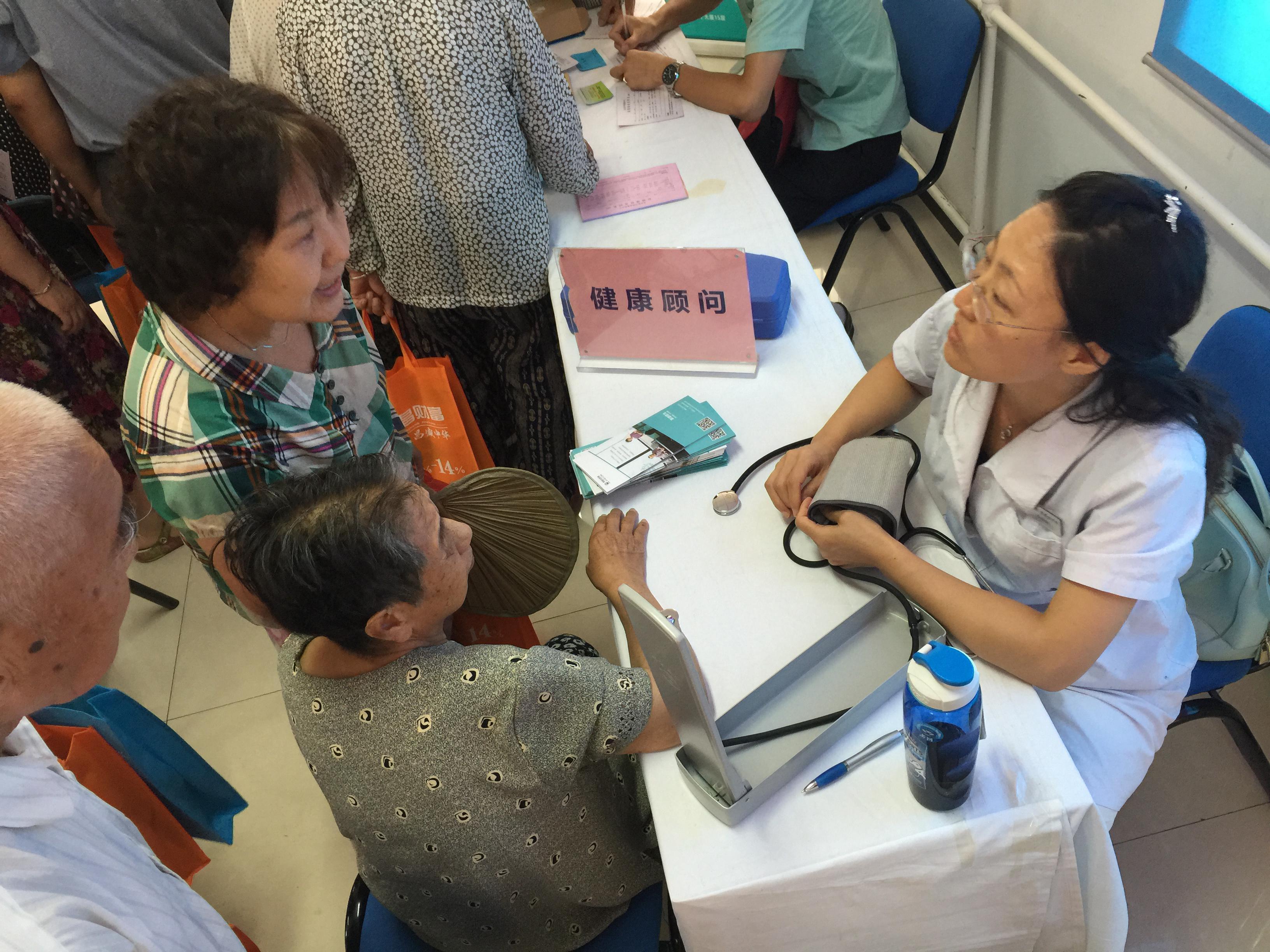 40岁的刘阿姨与她八旬的母亲,在医师的指导下,关注血压与健康疾病的情况,向医师提出平常未能解决的一些症状。医师耐心的为她们解答。