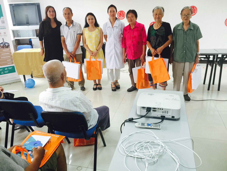 最后寻医问药网家庭医生与居民合影,留下这美好的一刻,同时感谢在座的社区居民对寻医问药网的信任与支持。