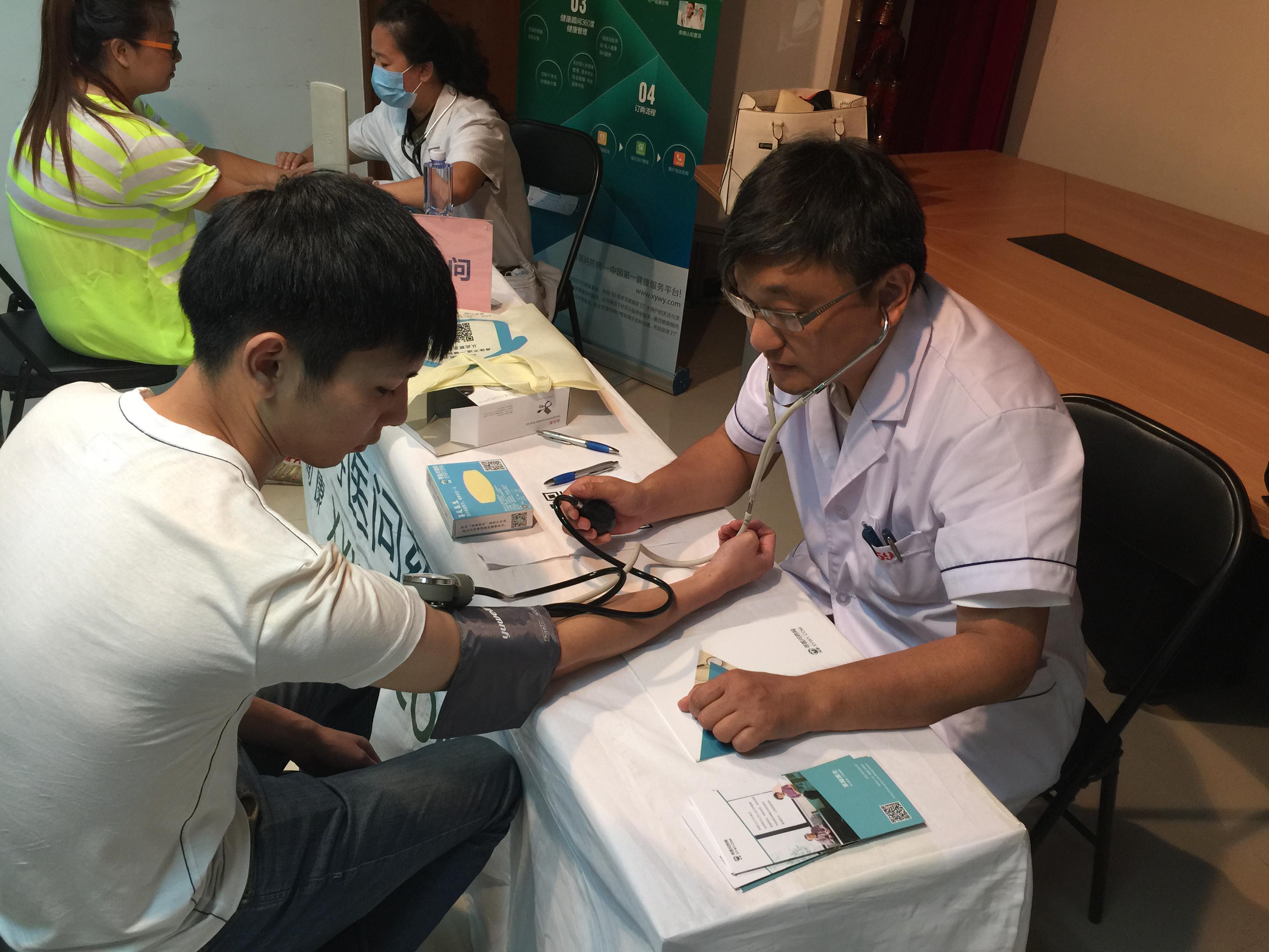 安贞医院心外科主任穆医师给居民精准的血压测量,观察高低压的频率,通过血压高低的间隙分析健康。