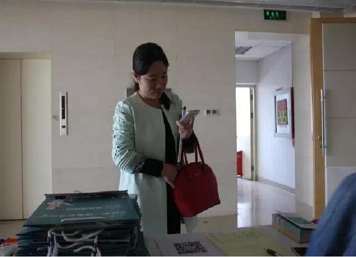 """一位医院主任医师仔细的使用着医脉,从""""医脉""""的医诊室―医学时间的文献资料―医生活的中国医生一天的记录―医发现的招聘等信息细心了解。"""