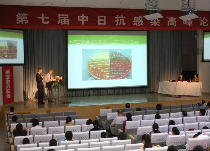 一方面还有日本群马大学微生物学耐药菌防控专家 池康嘉教授,发表着临床微生物室多重耐药菌的监测与防控的普及知识。