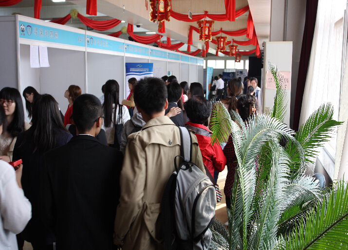 招聘会会场内聚集了许多的医学生,在各自意向的企业展台前驻足询问。