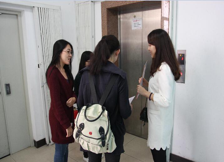 招聘会接近尾声了,医学生们离开了展会厅,手中拿着寻医问药网的宣传折页一边看着,一边面带微笑的等待着电梯。